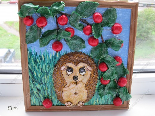 очередной ежик у меня родился,теперь только с райскими яблочками,рамка 25X25,яблочки и ежик тесто соленое,листочки холодный фарфор,фон нарисован на бортовке,которая приклеяна на стекло клеем пва фото 2