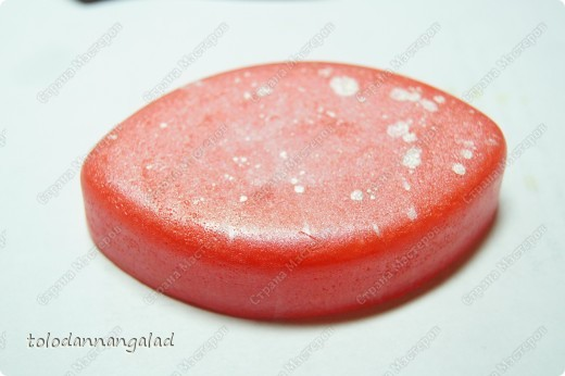 Решила попробовать в деле перламутровый пигмент, вот что получилось =)  состав: - прозрачная основа - 70 г - краситель красный - перламутровый пигмент - на кончике ложки - ЭМ апельсина