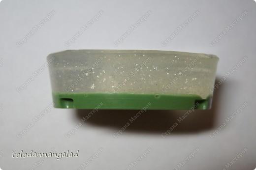 """А это мыло с чем-то вроде """"водорослей"""" внутри =) Состав: - основа белая - основа прозрачная - блестки - отдушка """"Зеленое яблоко"""" - красители черный, синий, желтый фото 4"""