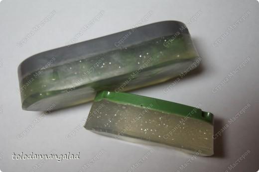 """А это мыло с чем-то вроде """"водорослей"""" внутри =) Состав: - основа белая - основа прозрачная - блестки - отдушка """"Зеленое яблоко"""" - красители черный, синий, желтый фото 5"""