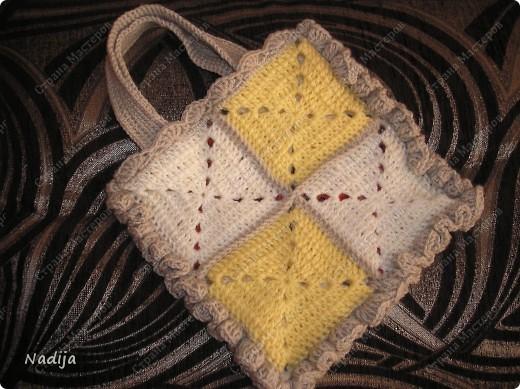 Вот из остатков пряжи связалась такая сумочка :) С одной стороны желтые и белые  квадраты.а с другой-красные и белые.  Красные  квадраты---акрил,белые,желтые,бежевые ---шерсть-акрил(типа пряжи мерино де люкс) Восемь квадратов 11Х11 см между собой связала столбиками без накида.Вокруг этими же столбиками. Сверху (где ручки) обвязала ракушками( 5 ст.с.нак.в одну петлю,две петли пропустить.ст.с нак.,две петли пропустить, 5ст.с нак.в одну петлю.  Ну и по трем сторонам обвязала рюшками( 3-4  ст.с.нак. в одну петлю. Квадраты вязала по схемке отсюда : http://stranamasterov.ru/node/156495  фото 2