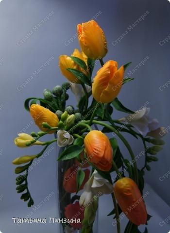 """Композиция тюльпаны с фрезиями """"перо жар-птицы"""", яркая и солнечная, для поднятия настроения в дождливый осенний день. Авторская работа. Цветы ручной работы из флористической полимерной глины (холодный фарфор).  Победитель конкурса керамической флористики FLEUR-PRIX 2011  фото 6"""