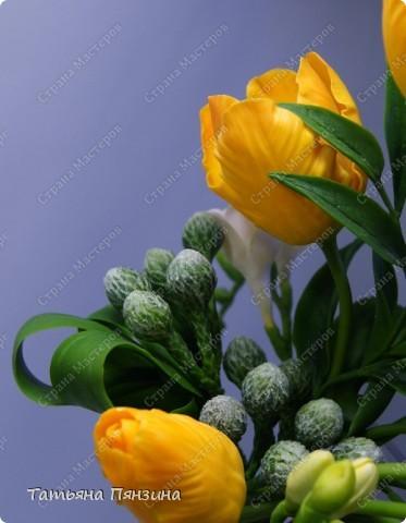 """Композиция тюльпаны с фрезиями """"перо жар-птицы"""", яркая и солнечная, для поднятия настроения в дождливый осенний день. Авторская работа. Цветы ручной работы из флористической полимерной глины (холодный фарфор).  Победитель конкурса керамической флористики FLEUR-PRIX 2011  фото 7"""