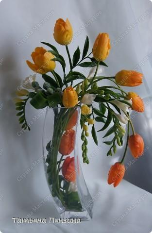 """Композиция тюльпаны с фрезиями """"перо жар-птицы"""", яркая и солнечная, для поднятия настроения в дождливый осенний день. Авторская работа. Цветы ручной работы из флористической полимерной глины (холодный фарфор).  Победитель конкурса керамической флористики FLEUR-PRIX 2011  фото 1"""