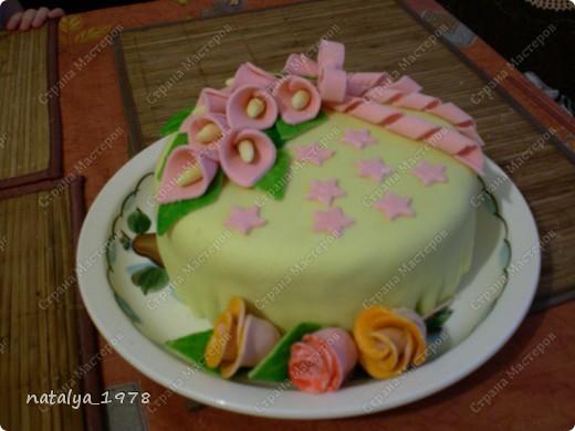 Первый мастичный тортик,да и вообще первый,так ка раньше не пекла. Коржи бисквитные,пропитанные сиропом,мастика из маршмеллоу. фото 1