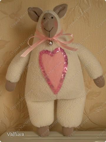 """Очередная моя тильда игрушка,на этот раз овечка по кличке """"ЛИЛУ"""" .С большим любящим сердцем и маленьким звонким колокольчиком (чтобы не потерялась) фото 2"""