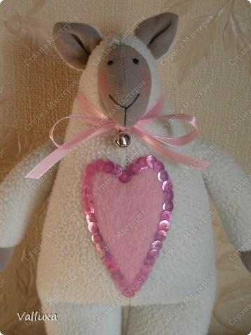 """Очередная моя тильда игрушка,на этот раз овечка по кличке """"ЛИЛУ"""" .С большим любящим сердцем и маленьким звонким колокольчиком (чтобы не потерялась) фото 1"""