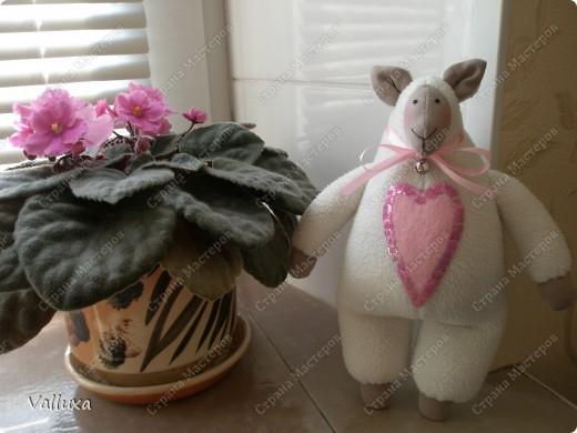 """Очередная моя тильда игрушка,на этот раз овечка по кличке """"ЛИЛУ"""" .С большим любящим сердцем и маленьким звонким колокольчиком (чтобы не потерялась) фото 3"""