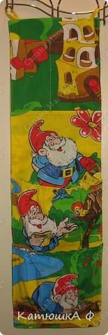 Вот и я дождалась когда моего сыночка пригласят в дет.сад!! Кармашек состоит из 4 карманов, 2 из которых сделала объемными( для трусов, шорт), а верхний разделила на двое: для расчески и платочков( может и конфетки)