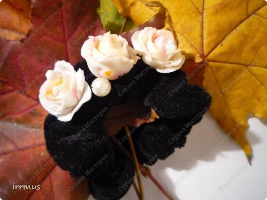 бархатная резиночка для волос украшена розами ручной лепки фото 2