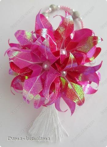 """Эта кусудама из книжки """"Kusudama by Mariko Kubo"""" Всего 15 цветочков, квадратики 7,5 на 7,5см. 10 розовых и 5 красных цветочков. фото 2"""