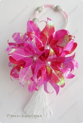 """Эта кусудама из книжки """"Kusudama by Mariko Kubo"""" Всего 15 цветочков, квадратики 7,5 на 7,5см. 10 розовых и 5 красных цветочков. фото 1"""