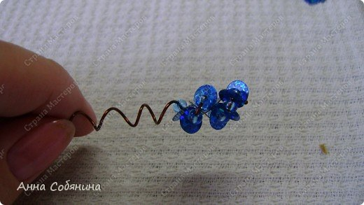 Цветы из пайеток. Вот такие цветочки можно использовать как самостоятельный букет или добавлять в готовую композицию для украшения. фото 12