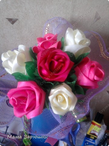 такой букетик атласных роз украшает нашу комнату...  не знаю точно относится ли эта техника к канзаши...