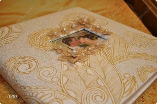 Обратилась ко мне подруга с просьбой оформить свадебный альбом. Говорит, что все свадебные альбомы расчитаны на малое количество фоток, а она нашла альбом на большое количество фоток, только он мрачного серо-голубого цвета и на свадебный совсем не тянет. Думаю, а почему бы и нет? попробую! Обезжирила, загрунтовала.....Эх и долго же я над ним мучилась..........Изначальная задумка была совсем другой, планировалось сделать декупаж салфеткой (тоже в бело-золотом цвете), но толи у меня навыка маловато, толи все таки салфетка какая-то нежная попалась, я ее и лаком брызгала, ну не ложится и все тут, рвется, пузырится и не разравнивается........... Испортила 3 салфетки и поняла что не получится у меня задуманное никак.............. фото 4