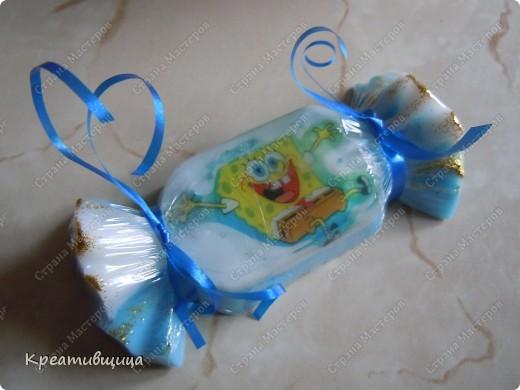 """Скоро Новый год)))) .....И пора подумать о подарках...))) Этот вполне подойдёт  для малышей  и малышек. Детское мыльце в виде конфетки, с ароматом """"чёрное море"""" и миндальным маслом.которое будет нежно ухаживать за маленькими ручками))) Можно и на ёлку повесить и так подарить)...Все использованные ингредиенты,красители и отдушки-гипоаллергенны))). фото 1"""