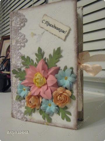 Не могу остановиться, так мне понравилось делать книжки-коробочки, тем более поводов хватает. Все цветочки самодельные) фото 1