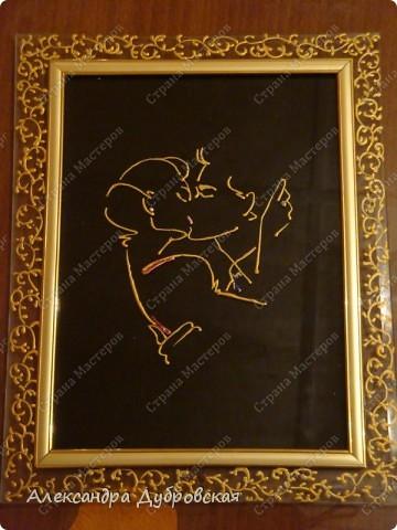 Поцелуй — это слияние губ, Поцелуй манит нас своим ядом. Люди святость его берегут,  Как загадку, когда так приятно. Эта нежность любви — поцелуй,  Излияние нежности, ласки. Если нету его, не горюй.  Ты узнаешь загадку фантазий. И придет к тебе человек, Любимей которого нету, И откроет тебе он секрет Простой и прекрасной победы. фото 2