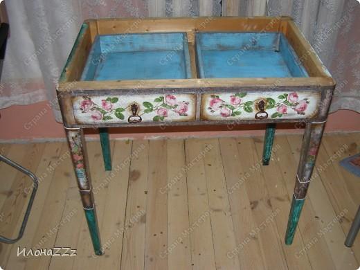 Стол работал столом в гостинице и был списан. Потом в эпоху советского дефицита был продан предприимчивым завхозом моей бабушке. Перешел к нам по наследству и по всему должен был быть отправлен на свалку. Но тут  и забрали его на кухню в пустую квартиру. фото 3
