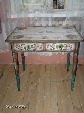 Стол работал столом в гостинице и был списан. Потом в эпоху советского дефицита был продан предприимчивым завхозом моей бабушке. Перешел к нам по наследству и по всему должен был быть отправлен на свалку. Но тут  и забрали его на кухню в пустую квартиру. фото 1