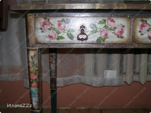 Стол работал столом в гостинице и был списан. Потом в эпоху советского дефицита был продан предприимчивым завхозом моей бабушке. Перешел к нам по наследству и по всему должен был быть отправлен на свалку. Но тут  и забрали его на кухню в пустую квартиру. фото 4