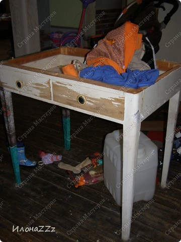 Стол работал столом в гостинице и был списан. Потом в эпоху советского дефицита был продан предприимчивым завхозом моей бабушке. Перешел к нам по наследству и по всему должен был быть отправлен на свалку. Но тут  и забрали его на кухню в пустую квартиру. фото 2