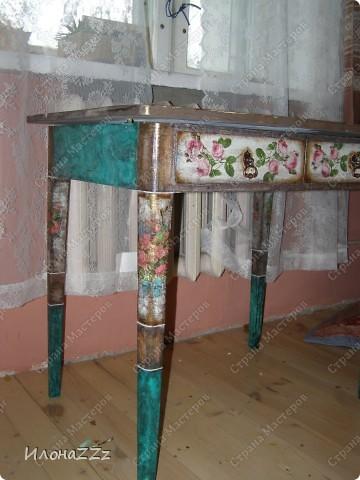 Стол работал столом в гостинице и был списан. Потом в эпоху советского дефицита был продан предприимчивым завхозом моей бабушке. Перешел к нам по наследству и по всему должен был быть отправлен на свалку. Но тут  и забрали его на кухню в пустую квартиру. фото 10