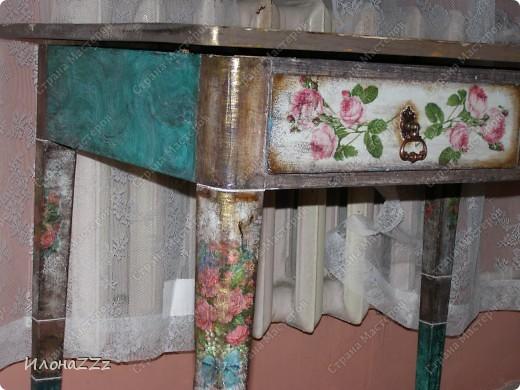 Стол работал столом в гостинице и был списан. Потом в эпоху советского дефицита был продан предприимчивым завхозом моей бабушке. Перешел к нам по наследству и по всему должен был быть отправлен на свалку. Но тут  и забрали его на кухню в пустую квартиру. фото 6