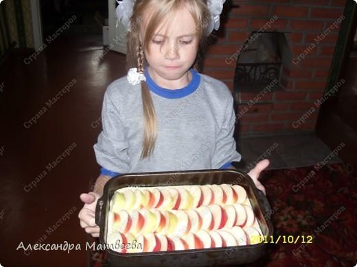 """Кто только не знает как готовить """"манник""""....но и в приготовлении этого пирога есть свои маленькие секреты! Конечно данная страничка не заинтересует знатных кулинаров, но думаю пригодится начинающим, таким как наша старшая дочка-ей 7 лет. А она принимает активное участие в приготовлении, а точнее я только говорю, что нужно и как класть-все остальное она делает сама! фото 3"""