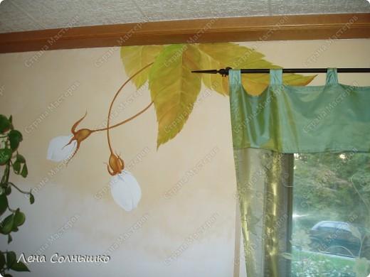 Так можно украсить скучные стены!   Ранее у нас были стены столовой комнаты окрашены в желтовато- кремовый цвет, точнее это была структурная техника. И , понятно, что стены были шероховатыми и неровными -того требовала структура. Но со временем мне очень поднадоела желтизна, да и темновато было для этой комнаты,-солнышко не балует нас с этой стороны дома и в комнате его не хватает.  фото 2