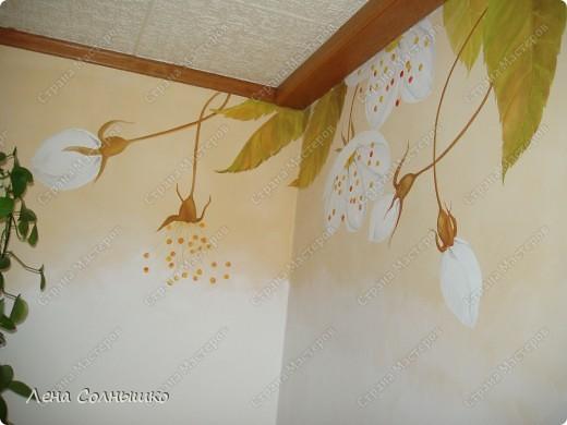 Так можно украсить скучные стены!   Ранее у нас были стены столовой комнаты окрашены в желтовато- кремовый цвет, точнее это была структурная техника. И , понятно, что стены были шероховатыми и неровными -того требовала структура. Но со временем мне очень поднадоела желтизна, да и темновато было для этой комнаты,-солнышко не балует нас с этой стороны дома и в комнате его не хватает.  фото 3