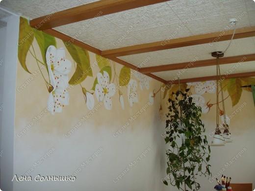 Так можно украсить скучные стены!   Ранее у нас были стены столовой комнаты окрашены в желтовато- кремовый цвет, точнее это была структурная техника. И , понятно, что стены были шероховатыми и неровными -того требовала структура. Но со временем мне очень поднадоела желтизна, да и темновато было для этой комнаты,-солнышко не балует нас с этой стороны дома и в комнате его не хватает.  фото 4