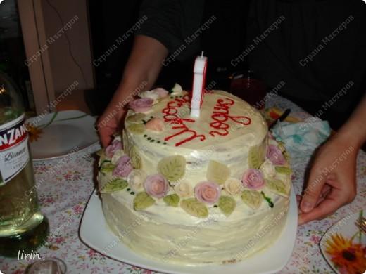 Вот такой торт я изобразила для дочи. 3 дня лепила розочки и листочки из мастики. Мастика из мармелшоу. Изначально была идея яркой веселой полянки, но подвели пищевые красители, надо было покупать красители в специализированном магазине для пекарей. Пришлось все переигрывать, а что еще красиво смотрится в нежной акварельной расцветке - РОЗЫ! фото 1