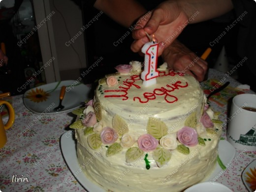 Вот такой торт я изобразила для дочи. 3 дня лепила розочки и листочки из мастики. Мастика из мармелшоу. Изначально была идея яркой веселой полянки, но подвели пищевые красители, надо было покупать красители в специализированном магазине для пекарей. Пришлось все переигрывать, а что еще красиво смотрится в нежной акварельной расцветке - РОЗЫ! фото 3