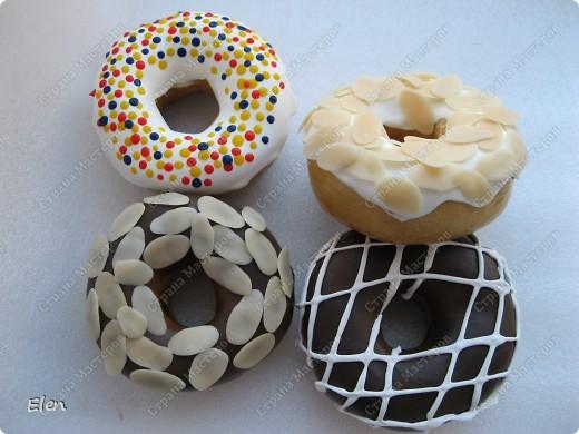 Муляж пончиков заказали для оформления кофе,которое торгует американскими пончиками,пончики сепила из соленого теста,просушила,поджарила в духовке,оформление холодный фарфор,обсыпка типа нарезанных орешков тоже из фарфора фото 1