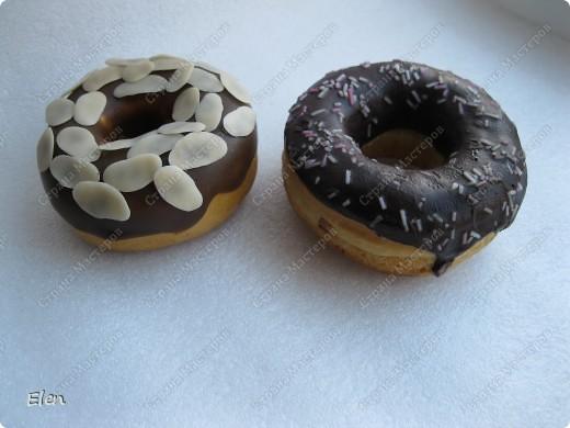 Муляж пончиков заказали для оформления кофе,которое торгует американскими пончиками,пончики сепила из соленого теста,просушила,поджарила в духовке,оформление холодный фарфор,обсыпка типа нарезанных орешков тоже из фарфора фото 2