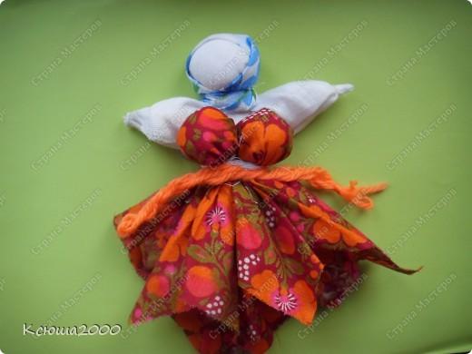 Кукла- травница.  Своим ароматом она приносит в дом счастье, трудолюбие  и богатство.  Сама травница очень трудолюбива. Она ходит в лес и  все это приносит в своем мешочке ( в правой ее руке) фото 3