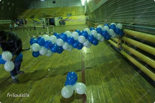 Дорогие друзья! Представляю вашему вниманию иллюстрированный курс по изготовлению гирлянды из воздушных шаров.  Нам потребуются шары диаметром 20-25 см (10 или 12 дюймов)  фото 17