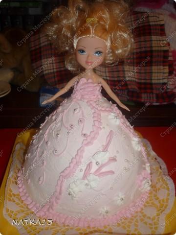 кукла обвернута в пищевую пленку и вставлена в юбку. юбка из бисквита и украшена кремом