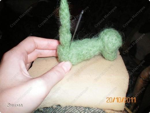 Теперь будем делать тело. Начёсываем шерсть, формируем руками такую фигуру, похожую на луковку,... фото 10