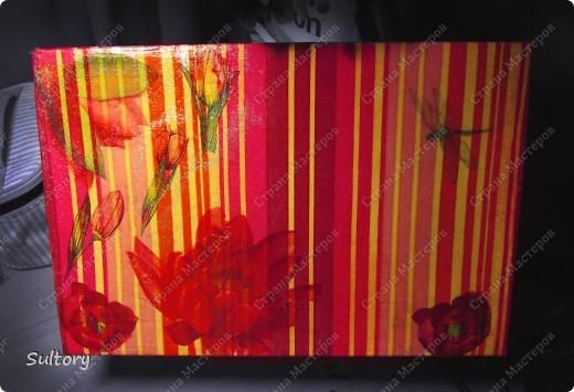 Декупаж часто помогает при оформлении традиционного интерьера, но моя 2-я работа сделана в современном стиле. Это мой первый опыт в наклеивании большого рисунка, здесь была использована салфетка почти в полном размере. Левая сторона вышла не очень хорошо, я задекорировала ее цветами. По бокам на коробке были стильные надписи, и я не стала их грунтовать - получилось по-моему, оригинально ) фото 2