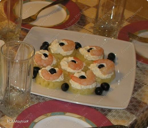 Пингвины  Морковь, маслины, сыр (брынза или фета), шпажки или зубочистки.  Морковь отварить, нарезать кольцами, вырезать из каждого колечка треугольничек, который и послужит клювом для пингвина, другая часть послужит нижней частью (лапками). Маслину-тулуп разрезаем и ложим внутрь кусочек сыра. В маслину-голову вставляем клювик-морковь. Собираем пингвина на шпажку.  Приятного аппетита.  У меня использован домашний творог, потому и мои пингвинчики получились как будто с шарфиками. фото 2