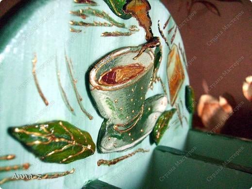 даже не знаю,как здесь дело обстоит с самим Декупажем,больше это объёмный декор.Накупила как-то летом пакетов самозатвердевающей глины и понеслась..... В общем здесь чашка,листики,надпись внизу и пакетик чая внизу сделала объёмными,потом разгулялась контурами.Теперь это чудо радЫВАет меня на кухне.Сначала хотела продать,но потом ТАК жалкто стало!! Всё таки первая объёмная работа.)))) фото 2