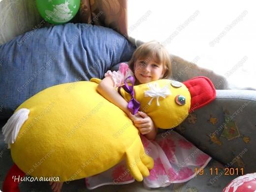 Приближался день рождения средней дочери Машеньки, а я все больше озадачивалась что же ей подарить. Любые куклы и игрушки нам надоедали буквально за неделю, две от силы. Телефон дарить в 6 лет, еще рановато. Вот и придумала сшить подушку-игрушку. Перекопала множество всевозможный сайтов, пересмотрела кучу разных идей, но ничего так и не пришлось по душе. Хотелось чего-то необычного, а самое главное своего, а не скопированного у кого-то. И вот когда я уже думала забросить эту затею, тут мне в голову пришла идея сшить подушку в виде утенка. Придумала форму, нарисовала, покопалась еще в инете, на всякий случай, ничего подобного ни у кого не нашла, и взялась, с воодушевлением, за работу. Ну и вот, что у меня получилось фото 3