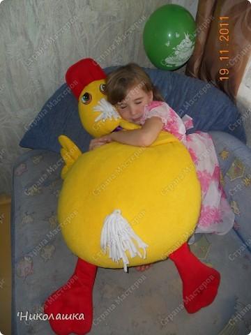 Приближался день рождения средней дочери Машеньки, а я все больше озадачивалась что же ей подарить. Любые куклы и игрушки нам надоедали буквально за неделю, две от силы. Телефон дарить в 6 лет, еще рановато. Вот и придумала сшить подушку-игрушку. Перекопала множество всевозможный сайтов, пересмотрела кучу разных идей, но ничего так и не пришлось по душе. Хотелось чего-то необычного, а самое главное своего, а не скопированного у кого-то. И вот когда я уже думала забросить эту затею, тут мне в голову пришла идея сшить подушку в виде утенка. Придумала форму, нарисовала, покопалась еще в инете, на всякий случай, ничего подобного ни у кого не нашла, и взялась, с воодушевлением, за работу. Ну и вот, что у меня получилось фото 6