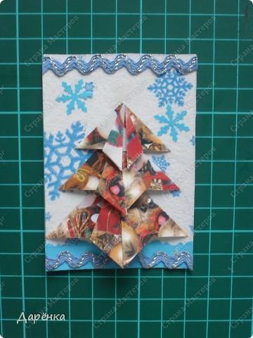 Нравятся мне такие ёлочки-оригами из новогодней упаковочной бумаги. Я в прошлом году такие открытки делала. Решила теперь приспособить их для АТС. Фон - салфетка со снежинками. Мама принесла новую блестящую тесьму, я её сразу приспособила. Снежинки дырокольные.  фото 2