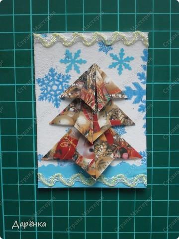 Нравятся мне такие ёлочки-оригами из новогодней упаковочной бумаги. Я в прошлом году такие открытки делала. Решила теперь приспособить их для АТС. Фон - салфетка со снежинками. Мама принесла новую блестящую тесьму, я её сразу приспособила. Снежинки дырокольные.  фото 3