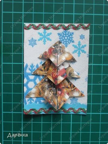 Нравятся мне такие ёлочки-оригами из новогодней упаковочной бумаги. Я в прошлом году такие открытки делала. Решила теперь приспособить их для АТС. Фон - салфетка со снежинками. Мама принесла новую блестящую тесьму, я её сразу приспособила. Снежинки дырокольные.  фото 4
