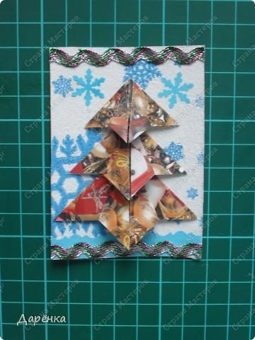 Нравятся мне такие ёлочки-оригами из новогодней упаковочной бумаги. Я в прошлом году такие открытки делала. Решила теперь приспособить их для АТС. Фон - салфетка со снежинками. Мама принесла новую блестящую тесьму, я её сразу приспособила. Снежинки дырокольные.  фото 5