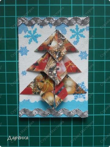 Нравятся мне такие ёлочки-оригами из новогодней упаковочной бумаги. Я в прошлом году такие открытки делала. Решила теперь приспособить их для АТС. Фон - салфетка со снежинками. Мама принесла новую блестящую тесьму, я её сразу приспособила. Снежинки дырокольные.  фото 6